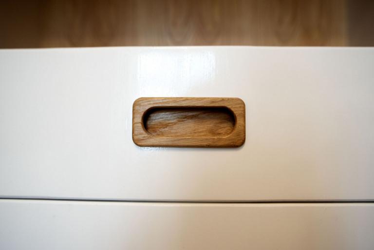 Potravinova-skrin-detail-zapustene-uchytky-z-dubu